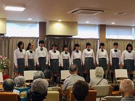合唱部とギター・マンドリン部が南台シニアセンター敬愛の森でコンサートを実施しました。
